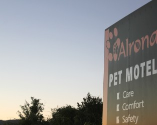 Alrona Pet Motel sign